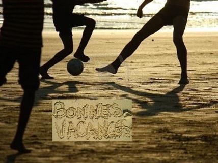 bonnes-vacances-match-de-football-sur-la-plage-soit-le-soleil-428x321-75sai-m6j7fq-mon07s-n8e2mp__nqz0h5